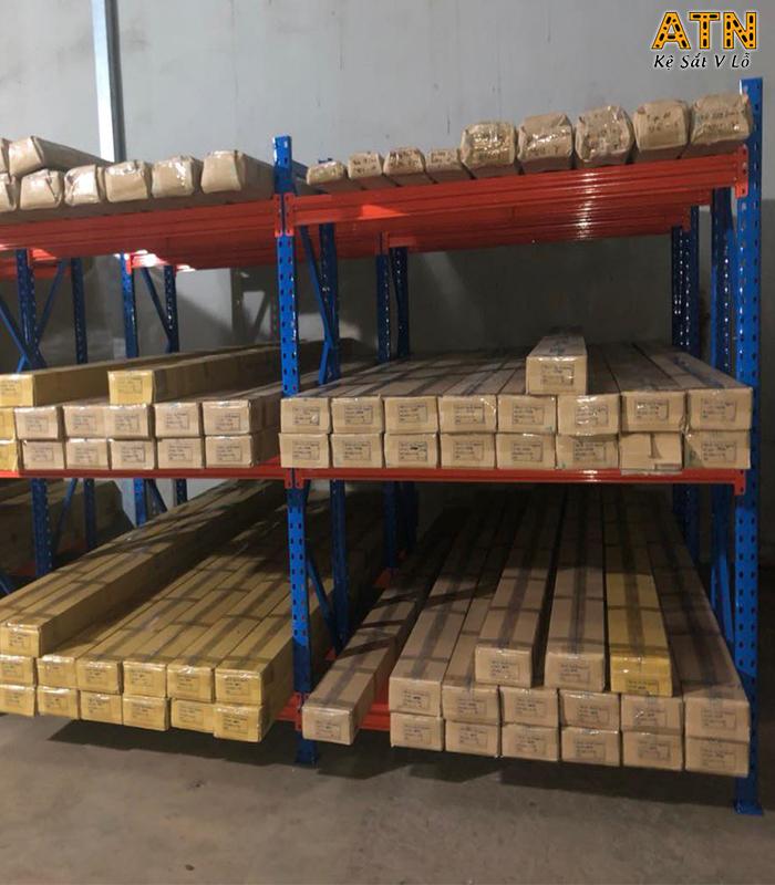 Kệ trung tải 3 tầng chứa đựng hàng hóa trong kho
